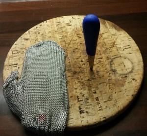 Guanto in cotta di maglia e coltello, gli arnesi dell'Ordine (non i suoi emblemi)